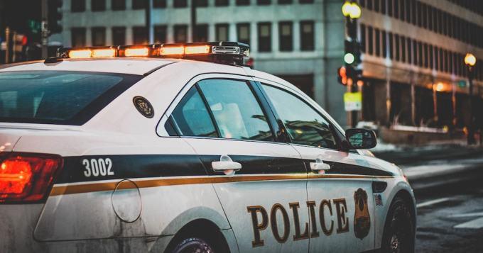 Poliisi jäi kiinni rikoksesta - myi suoraan partioauton ikkunasta