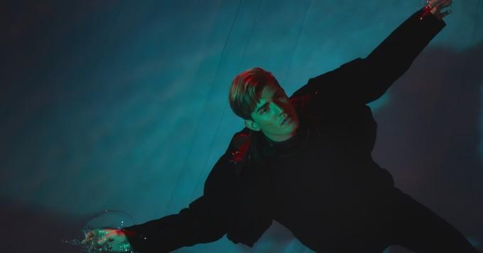 Robin Packalen julkaisi Benefits-singlen - musiikkivideolla mukana myös Suomen Instagram-tähti Joalin Loukamaa