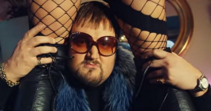 Sami Hedberg julkaisi EDM-musiikkivideon Techno Babushka - Dplay-sketsisarjasta Kokovartalomies