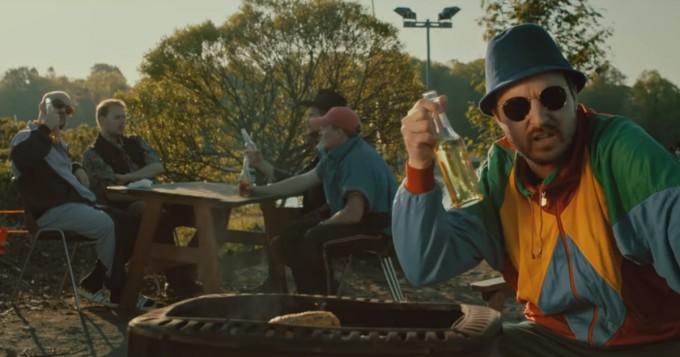 Teflon Brothers julkaisi musiikkivideon Fingerpori-elokuvan tunnusbiisistä Juhannussimaa