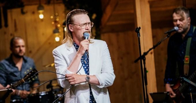 Vain elämää: Stig esitti Herra Ylppö & Ihmiset -biisin Pojat ei tanssi