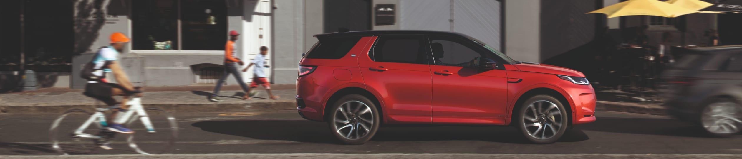Ein rotes Auto auf einer Straße