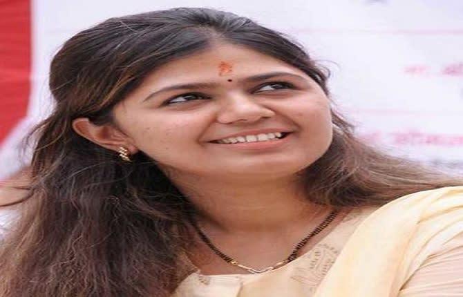 बीजेपी का साथ छोड़ शिवसेना में शामिल हो सकती हैं पंकजा मुंडे, ट्विटर पर अपने नाम से हटाया 'BJP'