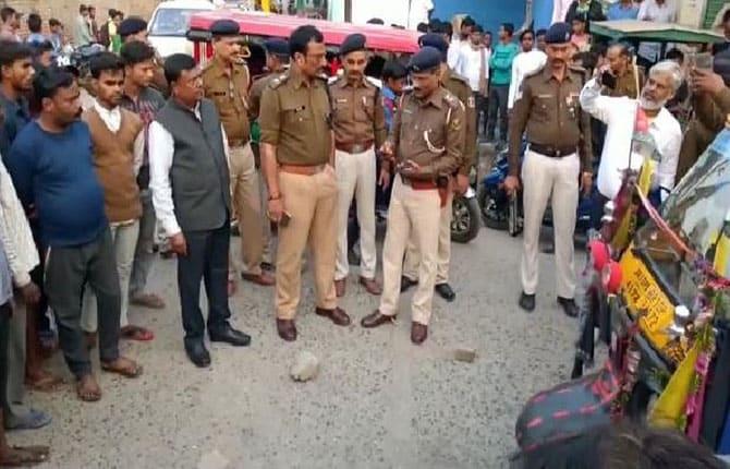 भागलपुर में बेखौफ अपराधियों ने सरेबाजार ऑटो पर की बमबाजी, थर्रा उठा मारुचक मोहल्ला