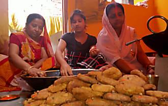 हर तरफ फैली ठेकुआ का खुशबू, बनने लगा छठी मैया का प्रसाद