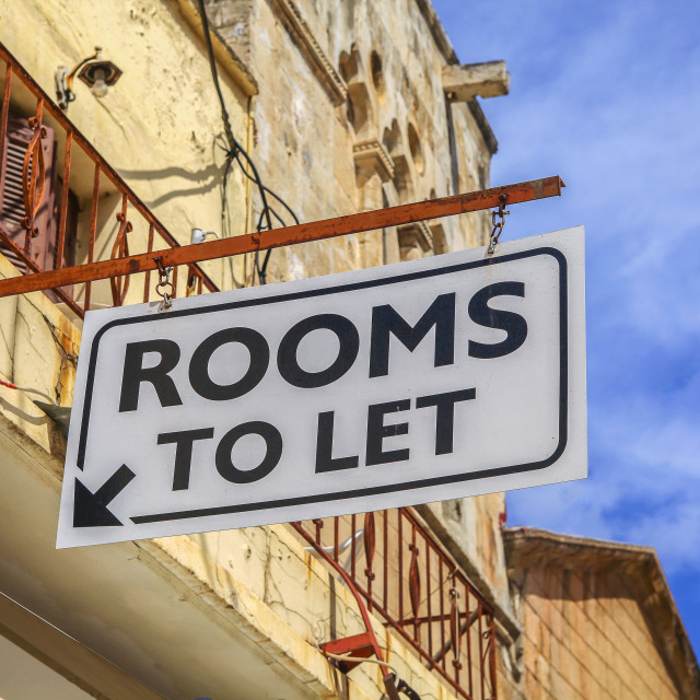 """""""Rooms to let sign"""" stock image"""
