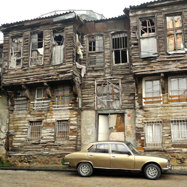 """""""Casa decrepita, auto fiammante."""" stock image"""