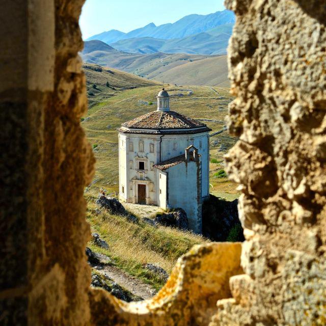 """""""Tempietto ottagonale a Rocca di Calascio"""" stock image"""