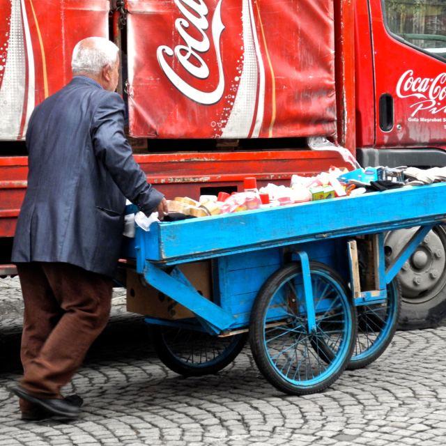 """""""Venditore ambulante e multinazionale"""" stock image"""