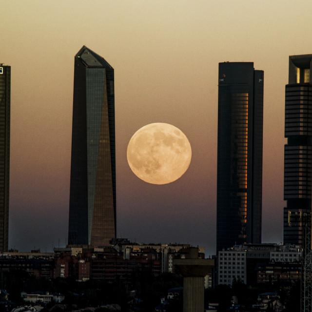 """""""Superluna entre Las Cuatro Torres"""" stock image"""
