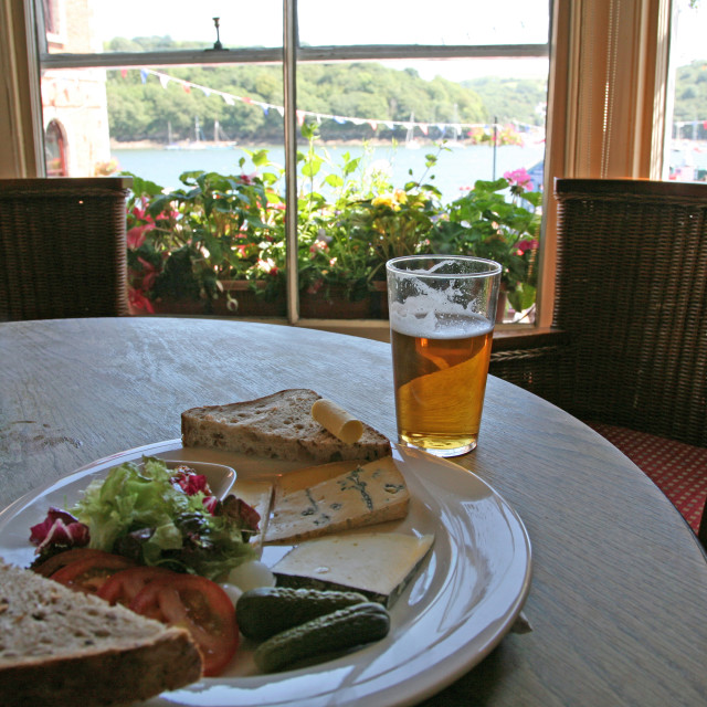 """""""Ploughman's lunch in the King of Prussia Pub, Fowey, Cornwall. Photo by John Keates"""" stock image"""