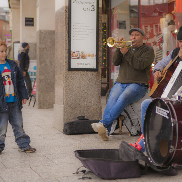 """""""Nottingham buskers gain a young fan"""" stock image"""