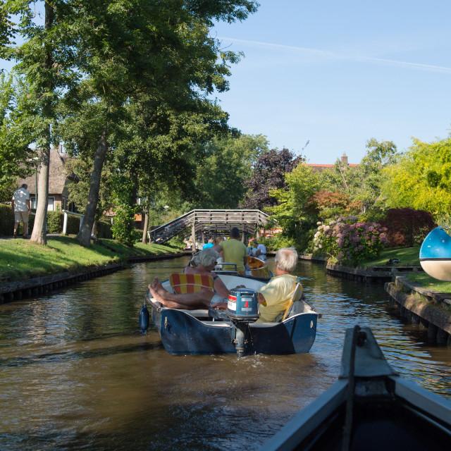 """""""In de zomer varen met fluisterbootje in Giethoorn"""" stock image"""