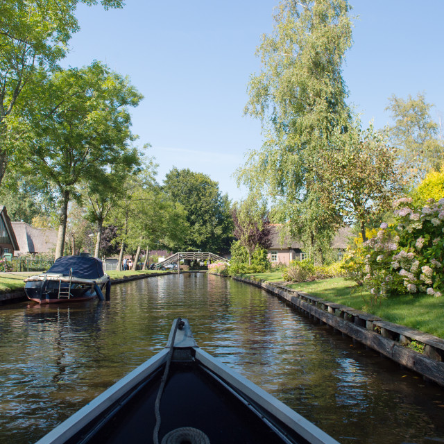 """""""Varen met fluisterbootje in Giethoorn"""" stock image"""