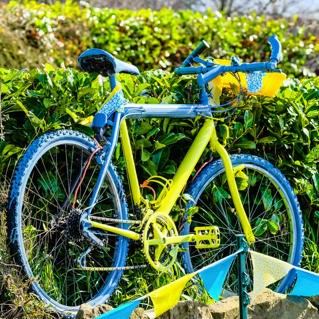 """Tour de Yorkshire 2016 painted bikes in hedge 5"" stock image"