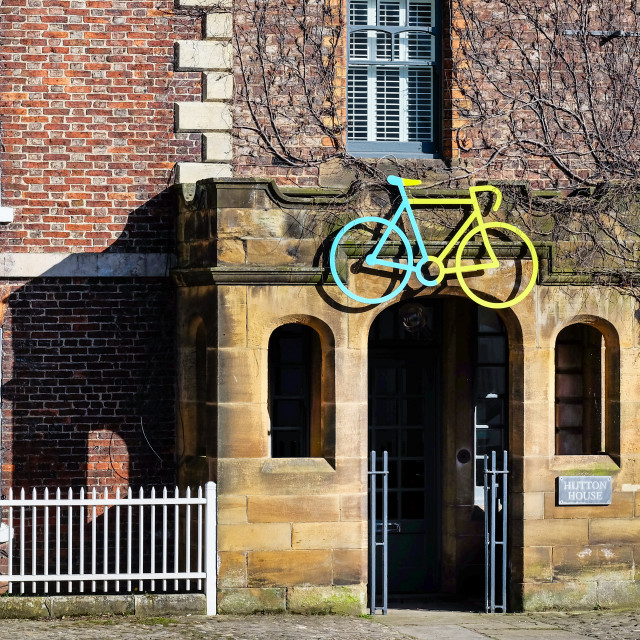 """Tour de Yorkshire 2016 painted bike on Hutton Rudby building"" stock image"