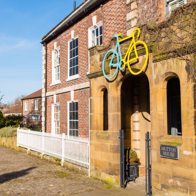 """Tour de Yorkshire 2016 painted bike above entrance to Hutton House in village of Hutton Rudby"" stock image"