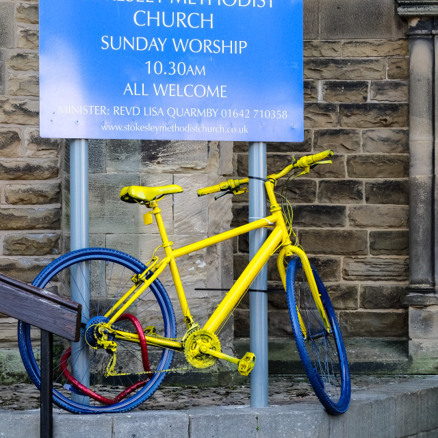 """Tour de Yorkshire 2016 a painted bicycle outside a church in the North Yorkshire town of Stokesley upright 1"" stock image"