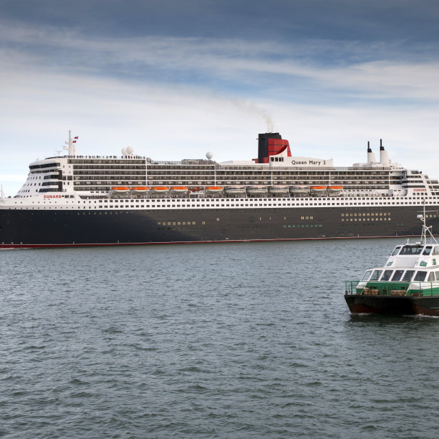 """""""Queen Mary 2 manoeuvring out of her berth at Southampton"""" stock image"""