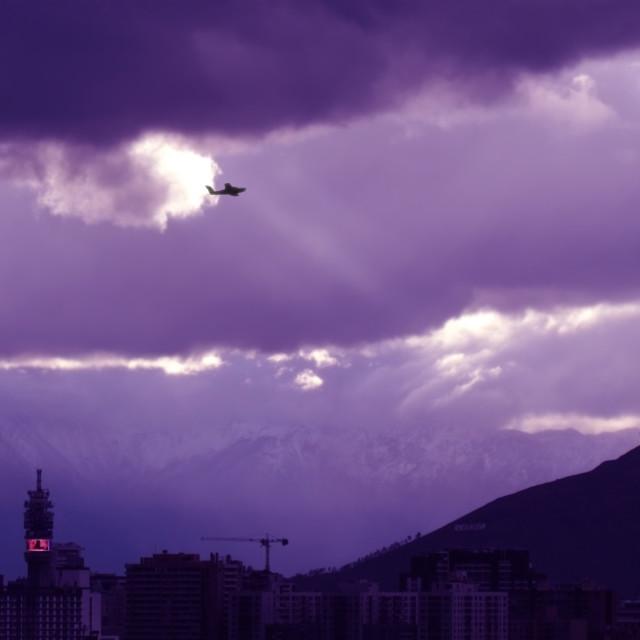"""""""Nubes con rayo de luz, avión y ciudad"""" stock image"""