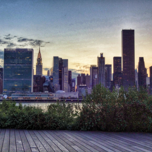 """""""Gantry state park, promenade in Long Island City by the East River, with a privileging view of the Manhattan midtown landscape"""" stock image"""