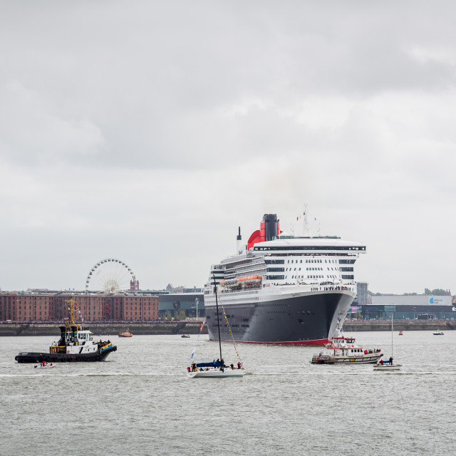 """""""Queen Mary Two turns in front of the Albert Dock."""" stock image"""