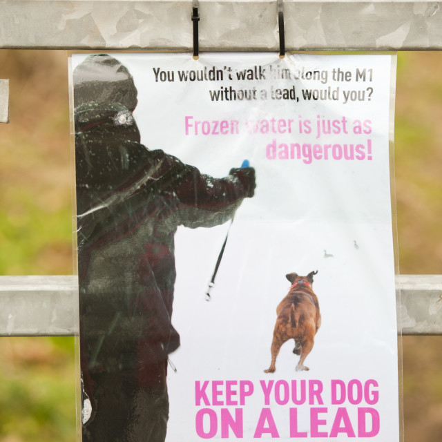 """""""A warning sign at Blackwood Reservoir near Loughborough in Leicestershire,..."""" stock image"""