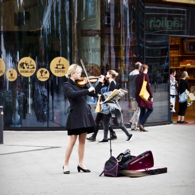 """""""Street music, young woman performs playing violin in Berlin, city center"""" stock image"""