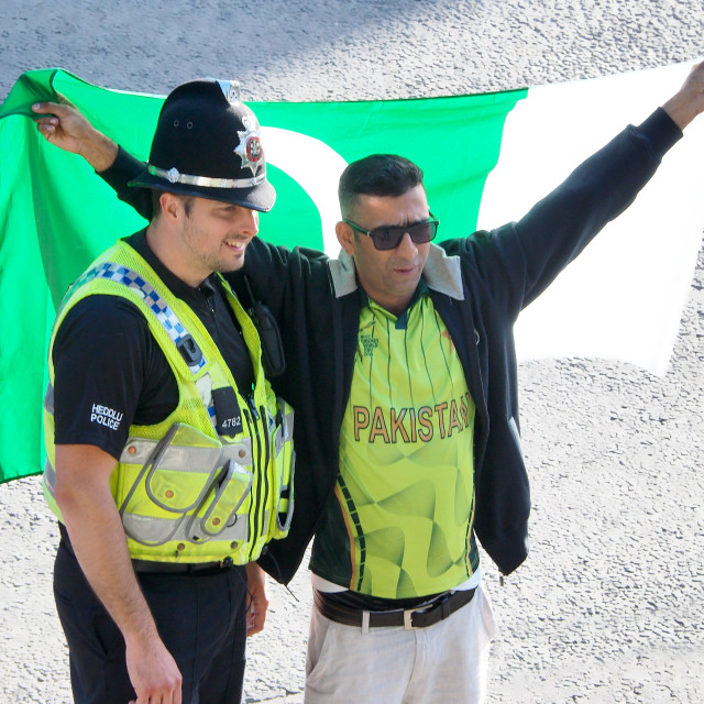 """""""A Parkistan cricket fan poses with a policeman"""" stock image"""