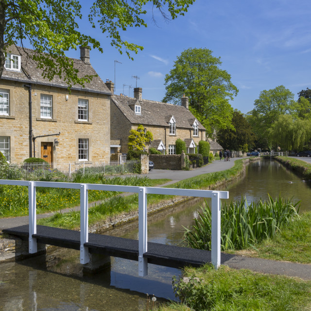 """""""Cottages and footbridge over the River Eye in Lower Slaughter, Cotswolds,..."""" stock image"""