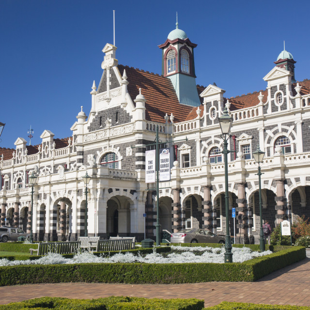 """""""View from gardens to the imposing facade of Dunedin Railway Station, Anzac..."""" stock image"""