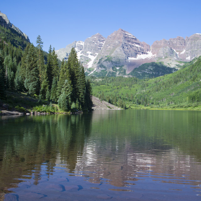 """""""Maroon Lake (foreground), Maroon Bells Peaks (background), Maroon Bells..."""" stock image"""