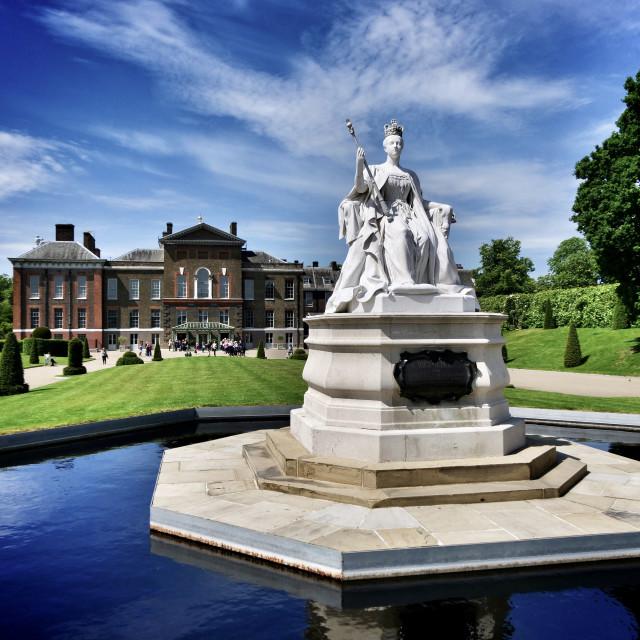 """Kensington Palace, Queen Victoria statue"" stock image"