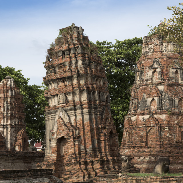 """Khmer style prangs (stupas) (chedis) at Wat Mahathat, Ayutthaya, UNESCO World..."" stock image"