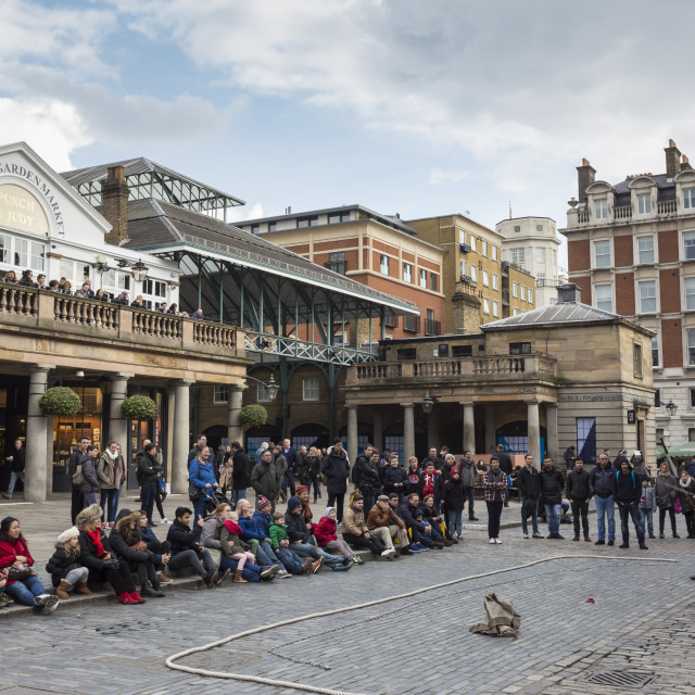 """Juggler performs to a large crowd, Piazza and Central Market, Covent Garden,..."" stock image"