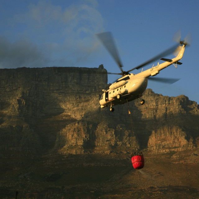 """""""Fire on the mountain in Cape Town, South Africa, helicopter flying in to..."""" stock image"""