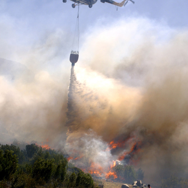 """""""A helicopter drops fire retardant on wild fire at the Table Mountain, in Cape..."""" stock image"""