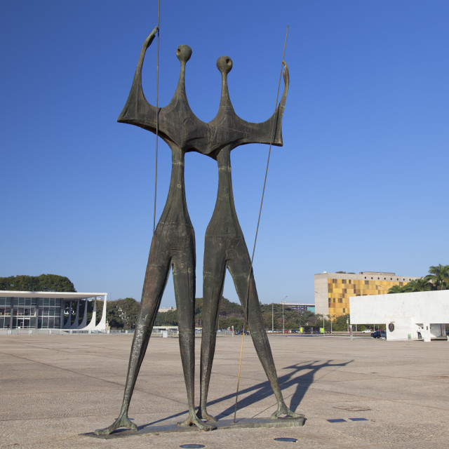 """""""Supreme Federal Court and Dois Candangos (Two Labourers) sculpture in Three..."""" stock image"""