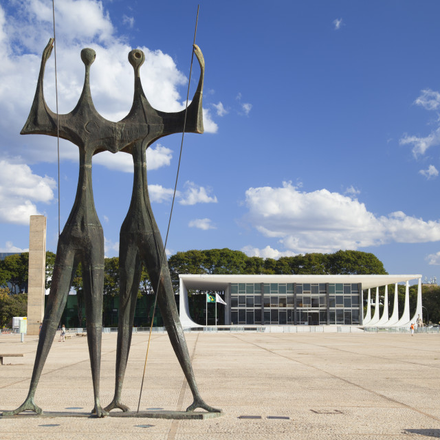 """""""Dois Candangos (Two Labourers) sculpture and Supreme Federal Court in Three..."""" stock image"""