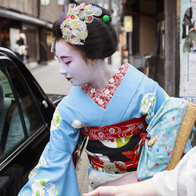"""Maiko, apprentice geisha, leaves okiya (geisha house) to get in a car on way..."" stock image"