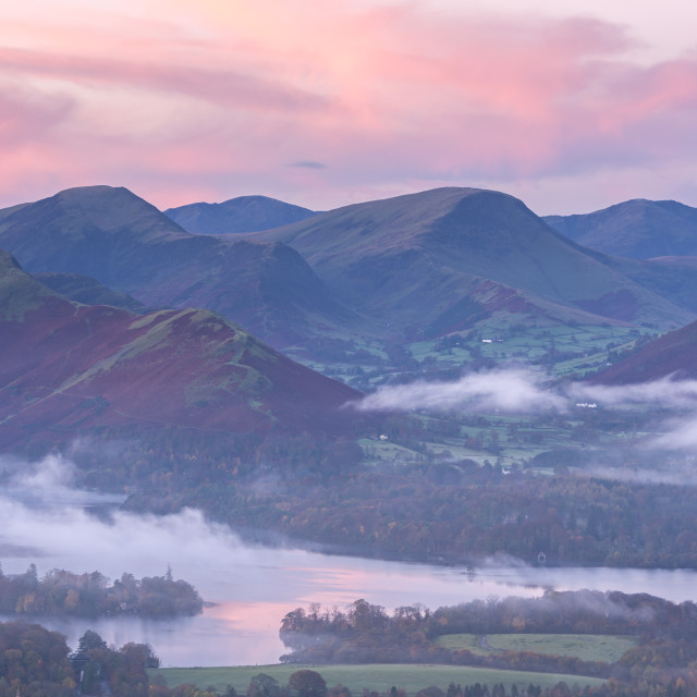 """""""Misty autumn sunrise over Derwent Water and the Newlands Valley, Lake..."""" stock image"""