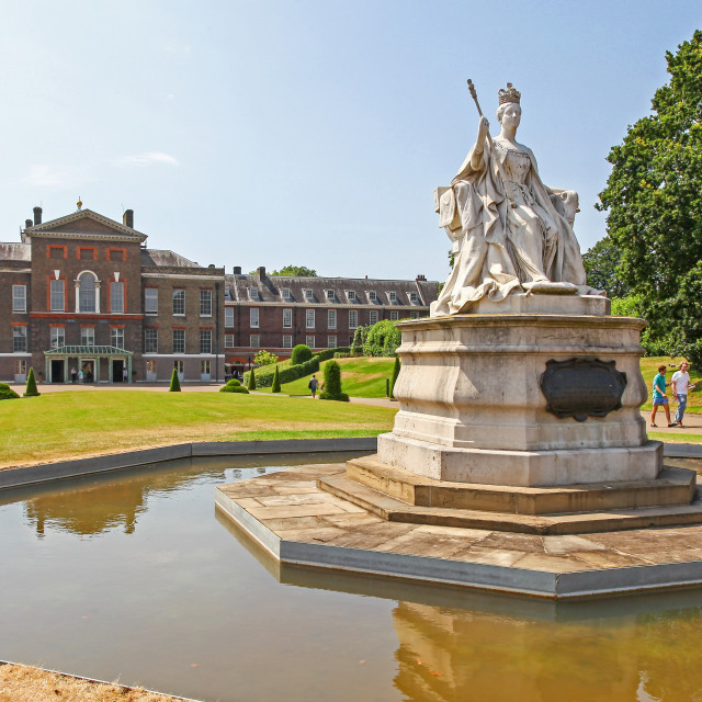 """The statueof Queen Victoria in front of Kensington Palace, a roy"" stock image"