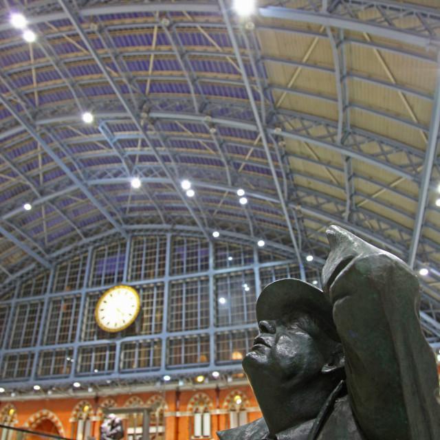 """The statue of Sir John Betjeman by Martin jennings at St Pancras"" stock image"