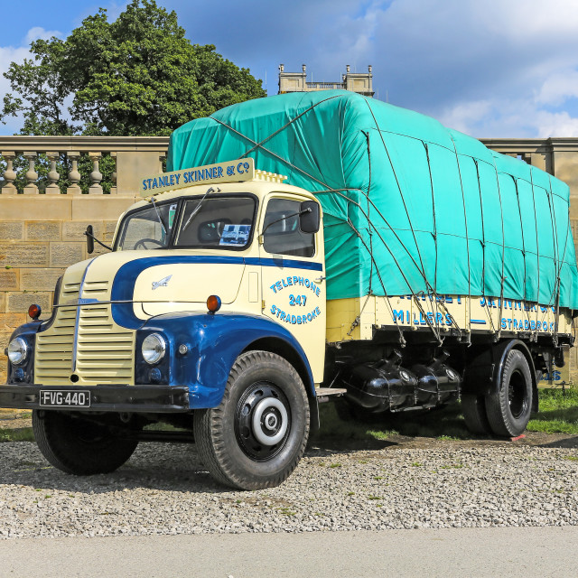 """1953 Leyland Comet 90 Dropside, Reg No. FVG440 in the colours of"" stock image"