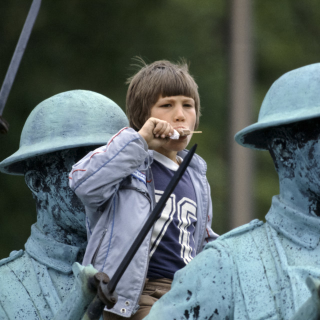"""""""Canadian child eating ice lolly while watching parade from vantage point on..."""" stock image"""