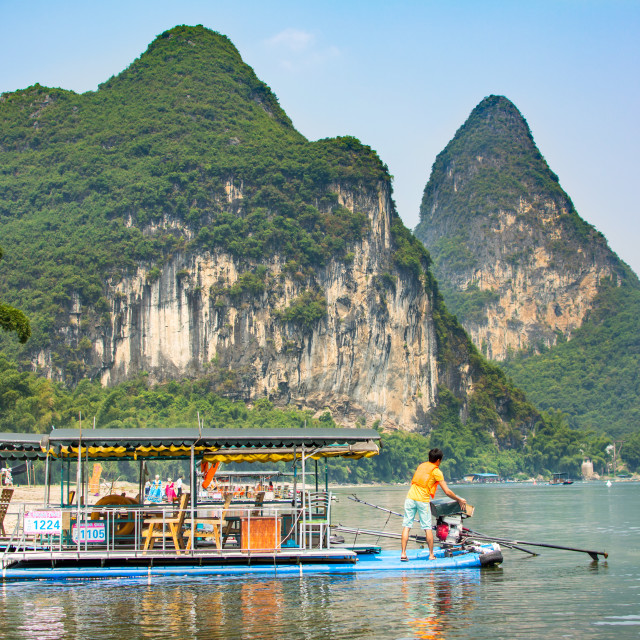 """YANGSHUO, CHINA - SEPTEMBER 23, 2016: Tourist cruise boat on a L"" stock image"