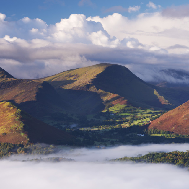 """""""Morning mist floats around the Newlands Valley and Catbells mountain in..."""" stock image"""
