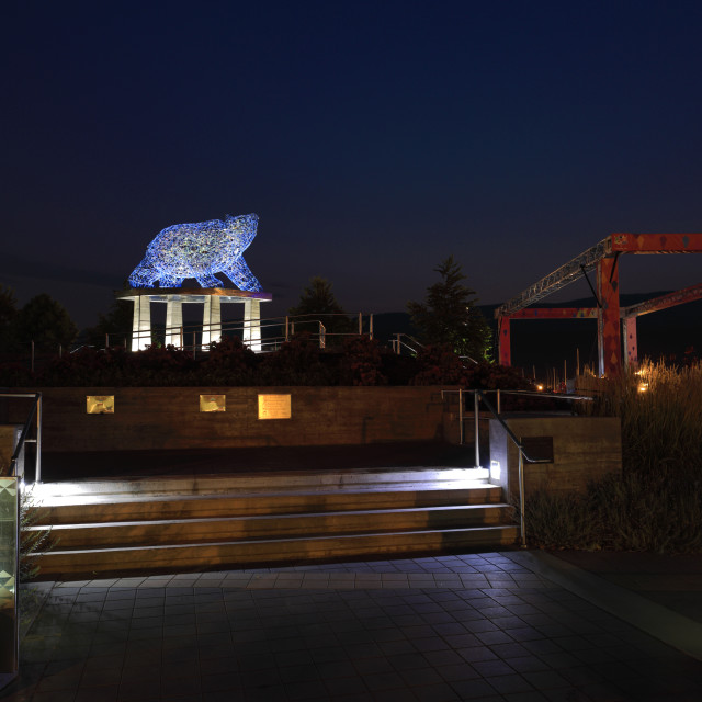 """""""The Grizzly Bear sculpture at night, Stuart park, Kelowna City, Okanagan..."""" stock image"""