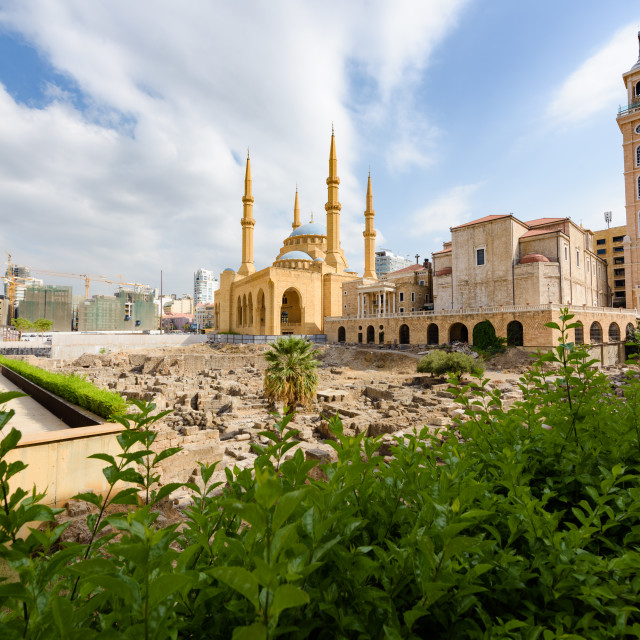 """""""Saint George Maronite Cathedral and Mohammad Al Amine blue Mosque across..."""" stock image"""