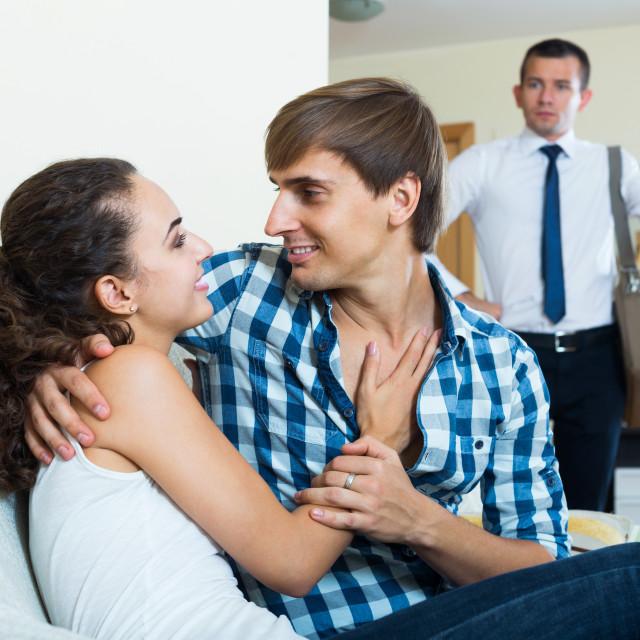 муж застал любовника жены одеваю красивые